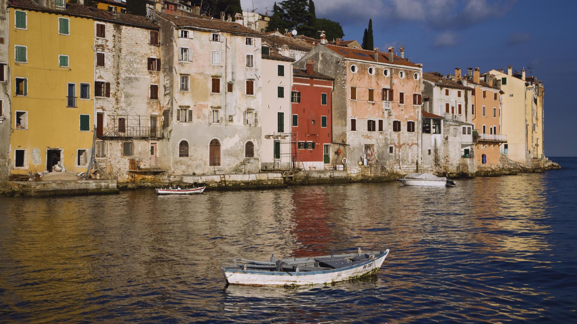 старинный город у моря смотреть