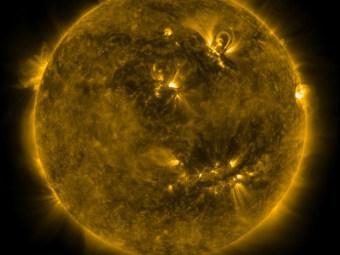 На Солнце гигантский смайлик