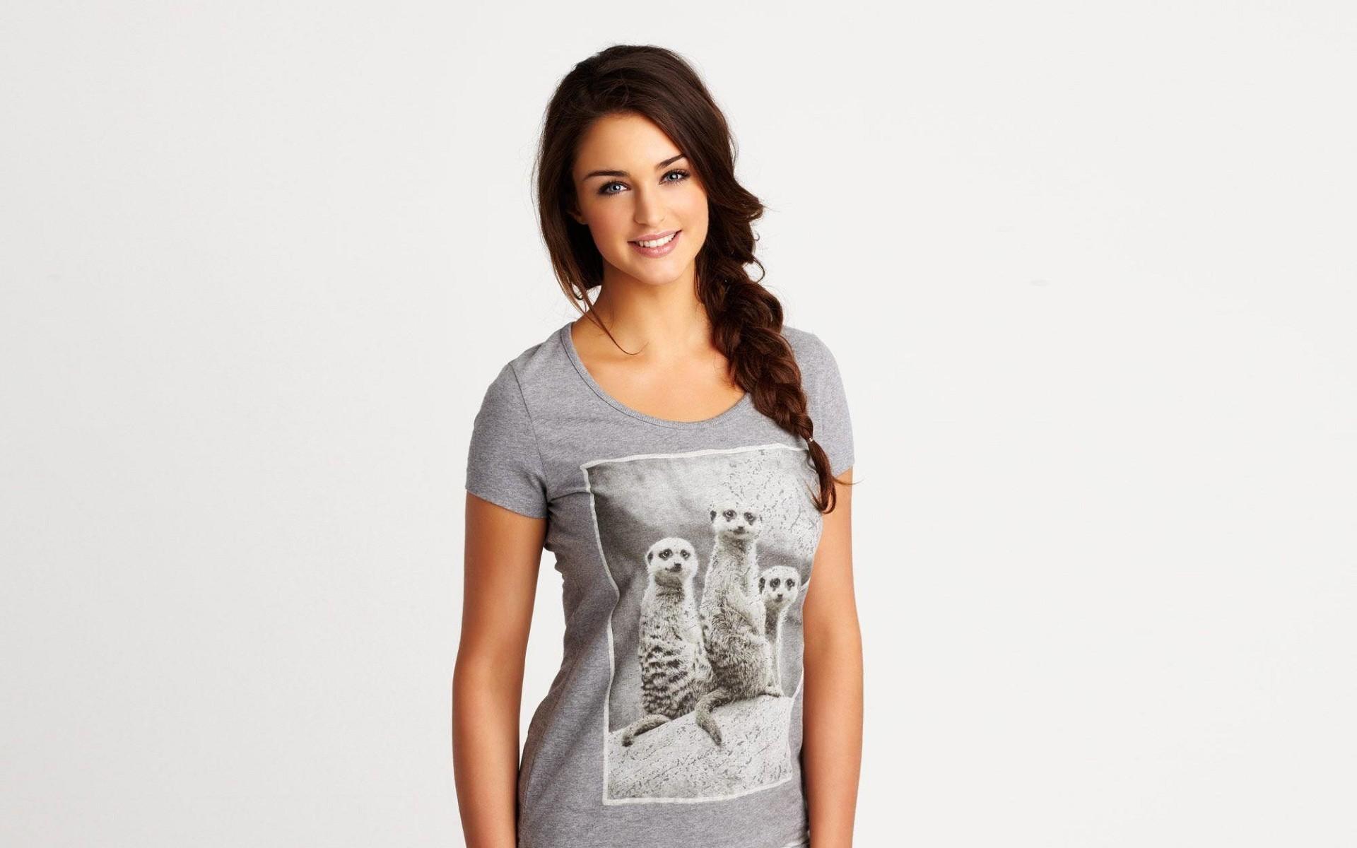 Девушка в футболке и без нее, два транса и один мужик
