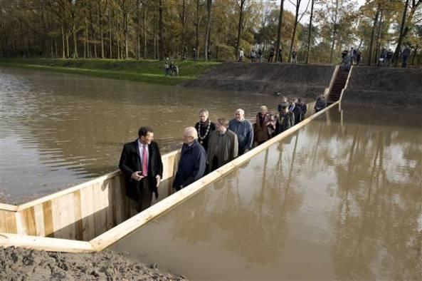 Мост для машины через канаву