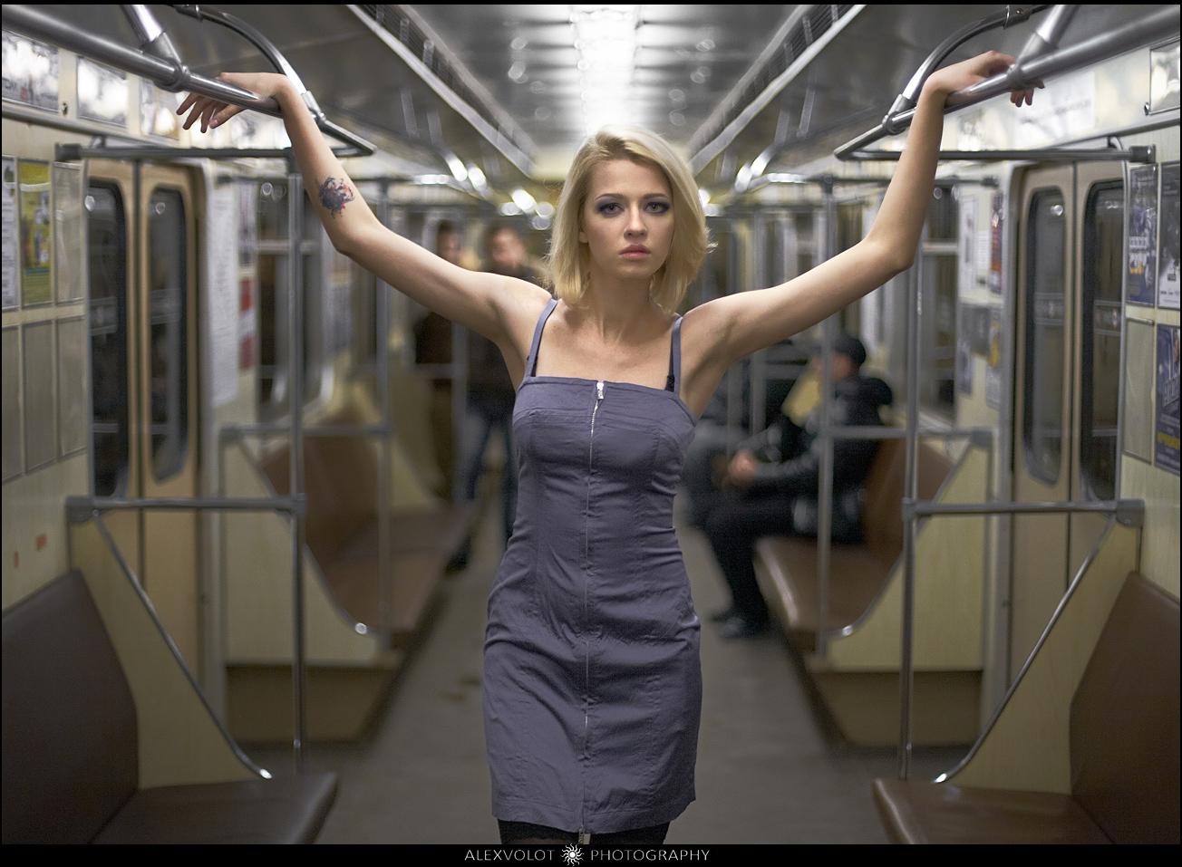golaya-devushka-v-poezde-metro