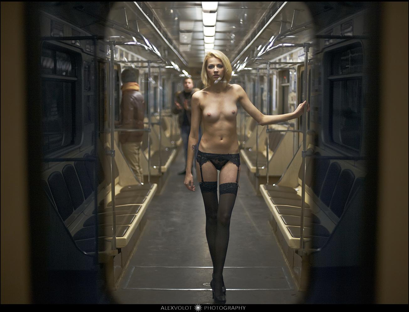 foto-damu-imeyut-v-metro-eroticheskoe-video-starih-shlyuh