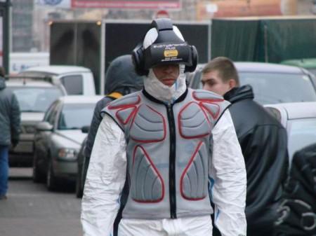 Люди в шлеме виртуальной реальности рекламируют выставку в Питере