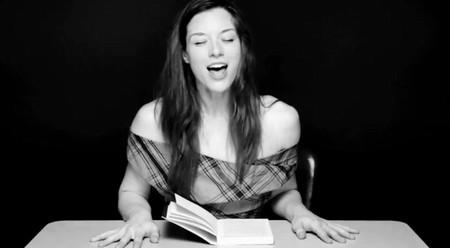 Актриса читает книгу