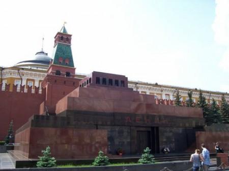 Пьяный мужчина пытался сжечь себя у мавзолея Ленина