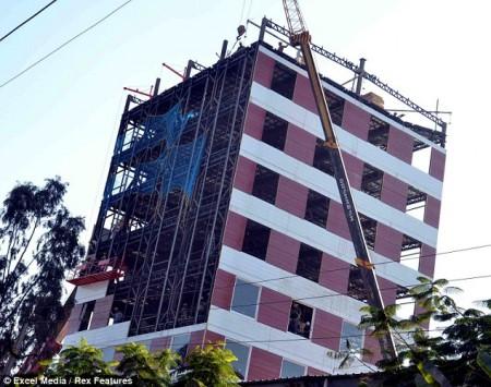 Индийские рабочие построили десятиэтажный дом за два дня