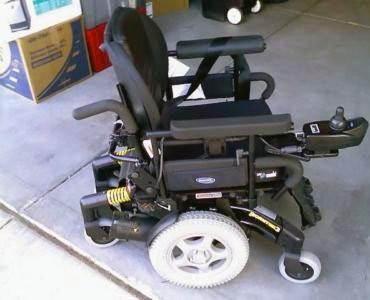 Отец переделал взрослое автоматическое инвалидное кресло для своего ребёнка