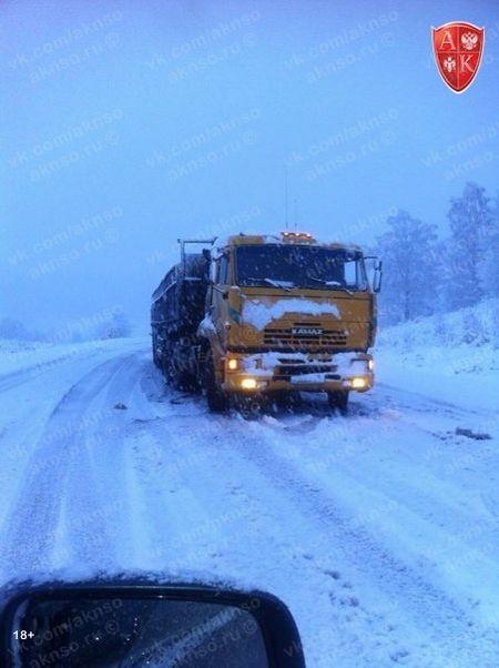 На границе Алтайского края фуры попали в снежный плен