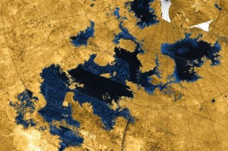 Полет над метановыми озерами Титана
