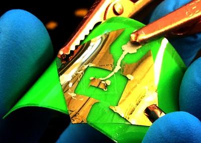 Изобретатель графена получил прозрачный светящийся материал на его основе