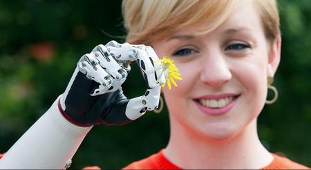 Британка получила самый продвинутый в мире протез руки