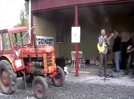 Оркестр с трактором
